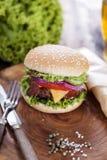 Gnälla hamburgare på ett träbräde med chiper och aromatiska kryddor Arkivfoton