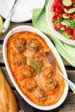 Gnälla köttbullar med ris i tomatsky med morötter Royaltyfria Bilder