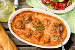 Gnälla köttbullar med ris i tomatsky med morötter Fotografering för Bildbyråer