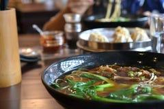 Gnälla nudelsoppa, niuroumian kinesiska läckerheter, asiatisk mat arkivfoto