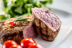 Gnälla steak saftig steak för nötkött Gourmet- biff med grönsaker och exponeringsglas av rosa vin på trätabellen arkivfoton