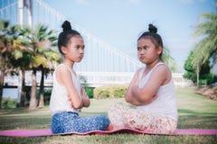 Gnälligt vresigt grälsjukt ilsket bråk i barndom arkivbilder