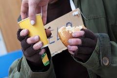Gnade für armen obdachlosen Mann Lizenzfreie Stockfotos