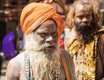 Gned nakna heliga män för en hinduisk nagasadhu med aska under Kumbha Mela Fotografering för Bildbyråer