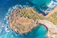 Gnejna och Ghajn Tuffieha fj?rd p? den Malta ?n Sikt för flyg- sikt uppifrån exakt av de coastlinescenic sliffsna nära royaltyfri fotografi