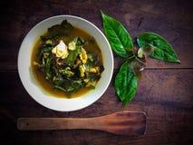 Gnemon Gnetum или листья и рыбы melinjo в желтом горячем и кислом супе Стоковое Фото