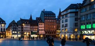 Gångare i Strasbourg på aftonen Arkivfoto