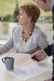 Gången tillbaka vigselring för äldre kvinna Arkivbilder