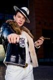 Gángster joven agresivo con un arma Imágenes de archivo libres de regalías