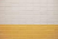Gångtunnelväggbakgrund med vit- och gulingtegelplattatextur Royaltyfri Fotografi