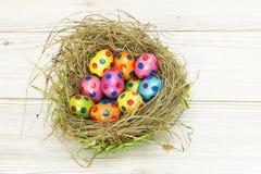 Gniazdeczko pełno kolorowi Wielkanocni jajka Zdjęcie Royalty Free