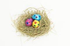 Gniazdeczko pełno kolorowi Wielkanocni jajka od above Zdjęcie Royalty Free