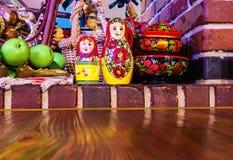 Gniazdować lale i malujący drewniani naczynia wliczając stołu ceglanego i drewnianego Zdjęcie Stock