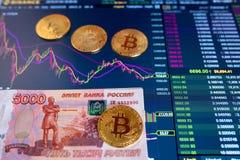 GNIDER ryska rubel 5000 för den pappers- räkningen, suddig bakgrund Det elektroniska schemat av bitcoin på utbytet, volym Royaltyfri Bild