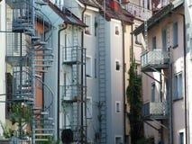 Gniew schodki na budynkach mieszkalnych w Konstanz zdjęcia stock