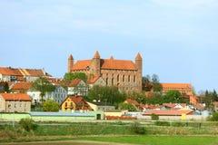 Gniew stad med den teutonic slotten på den Wierzyca floden, Polen Arkivbilder