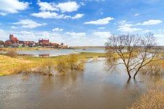 Gniew-Stadt mit teutonic Schloss in Wierzyca-Fluss Lizenzfreie Stockfotos