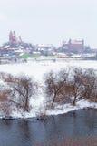 Gniew town i vinterlandskap på den Wierzyca floden Royaltyfri Fotografi