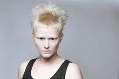 Gniewna agresywna dziewczyna w czarnych obiektywach Zdjęcie Stock