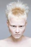 Gniewna agresywna dziewczyna w czarnych obiektywach Zdjęcie Royalty Free