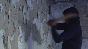 Gniewna amerykanin chłopiec ciupnięcia ściana z kijem bejsbolowym, beznadziejny buntowniczy zbiory