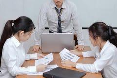 Gniewna azjatykcia szef pozycja, uczucie nieradzi podczas spotkania w biurze i Obrazy Royalty Free