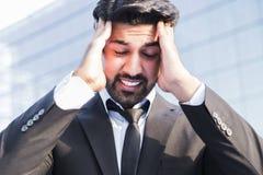 Gniewna biznesmena lub pracownika pozycja w kostiumu z ręką na głowie Fotografia Royalty Free