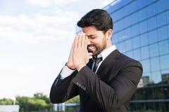 Gniewna biznesmena lub pracownika pozycja w kostiumu z ręką na głowie Zdjęcia Stock