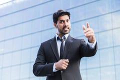 Gniewna biznesmena lub pracownika pozycja w kostiumu z ręką podnoszącą Obraz Royalty Free