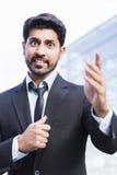 Gniewna biznesmena lub pracownika pozycja w kostiumu z ręką podnoszącą Zdjęcie Royalty Free