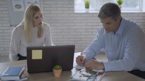 Gniewna biznesowa kobieta krzyczy przy kolegą podczas biurowego spotkania Zamyka w górę wzburzonego kobieta szefa rozkrzyczanego  zbiory wideo