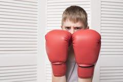 Gniewna chłopiec w czerwonych bokserskich rękawiczkach Obrazy Stock