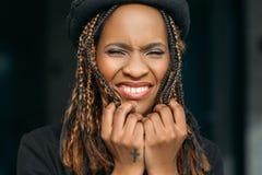 Gniewna czarna kobieta na ciemnym tle Obrazy Stock