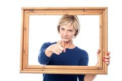 Gniewna dama trzyma drewnianą ramę Obraz Stock