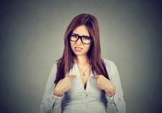 Gniewna dokuczająca kobieta pyta ciebie opowiada ja? Fotografia Royalty Free