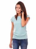 Gniewna dorosła brunetka opowiada na jej komórce Obrazy Stock