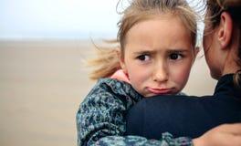 Gniewna dziewczyna ściska jej matki na plaży Obraz Royalty Free
