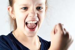 Gniewna dziewczyna krzyczy i pokazuje twój pięść Obrazy Stock