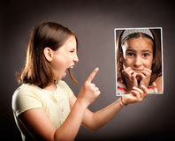 Gniewna dziewczyna krzyczy okaleczająca dziewczyna Obraz Stock