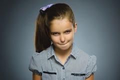 Gniewna dziewczyna odizolowywająca na szarym tle Zdjęcia Royalty Free