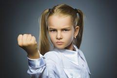 Gniewna dziewczyna odizolowywająca na szarym tle Zdjęcie Royalty Free