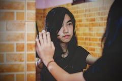 Gniewna dziewczyna patrzeje na lustrze Zdjęcia Royalty Free