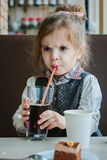 Gniewna dziewczyna pije koli Fotografia Stock