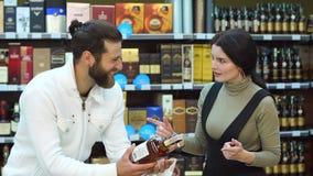 Gniewna dziewczyna przysięga przy jej chłopakiem w alkoholu sklepie nałogu alkohol zbiory wideo