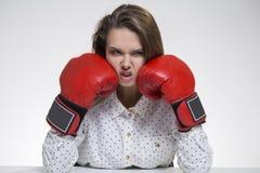 Gniewna dziewczyna w polki koszula w bokserskich rękawiczkach i Obrazy Stock