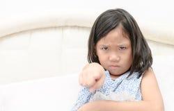 Gniewna dziewczyna wskazuje palec przy someone nieradym Zdjęcie Royalty Free