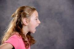 Gniewna dziewczyna z blondynem i menchii koszula Zdjęcia Stock