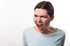 Gniewna dziewczyny pozycja odizolowywająca na białym tle Zdjęcia Stock