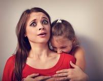 Gniewna emocjonalna dzieciak dziewczyna chce gryźć i terroring jej szoka Fotografia Royalty Free