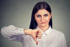 Gniewna kobieta daje kciukom zestrzela gest Zdjęcia Stock